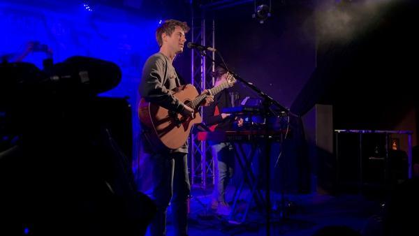 Alec Benjamin beim Auftritt | Rechte: KiKA/Alex Huth