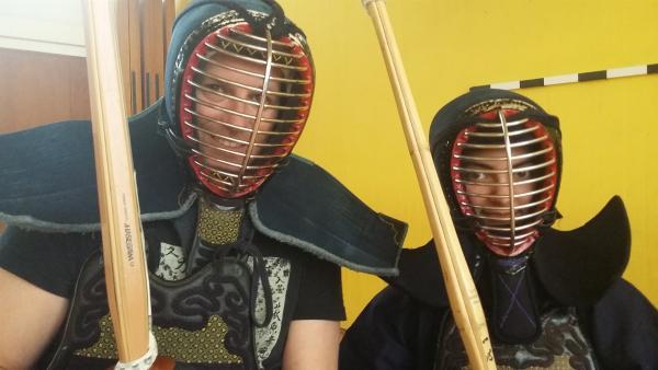 Sanjana trainiert seit drei Jahren Kendo – eine japanische Schwertkampfkunst mit Rüstung. Ben besucht sie beim Training und lässt sich von ihr zeigen, wie man richtig mit dem Bambusschwert umgeht. | Rechte: KiKA