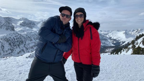 Ben und Jess testen bei den Winterfunsport-Battles, wie man am Besten den Berg hinunter kommt. | Rechte: KiKA/Torben Hagenau