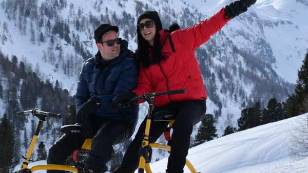 Jess und Ben testen Snowbikes. | Rechte: KiKA/Torben Hagenau