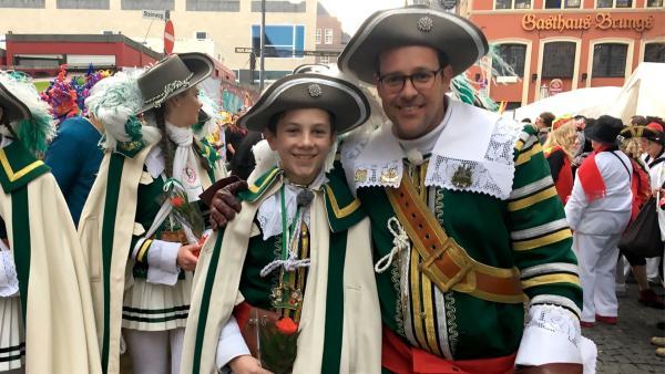 Ben ist in Köln zum Karneval unterwegs und trifft Kinderkommandant Ben. | Rechte: KiKA/Eva Knäusl