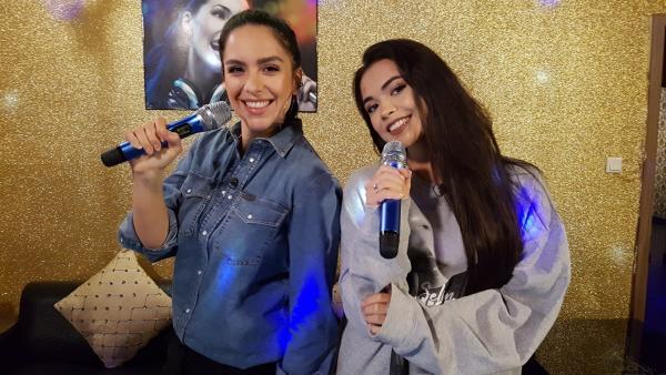 Influencerin, Sängerin und Neu-Schauspielerin Selina Mour verpasst Jess ein Lip sync- und Karaoke-Coaching. | Rechte: KiKA/Anna Leistner