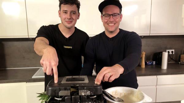 Ben experimentiert mit CrispyRob, dem YouTuber des geschmolzenen Käses und der frittierten Lebensmittel, in der Küche. | Rechte: KiKA/Eva Knäusl