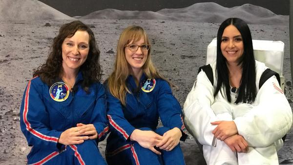 Jess trifft die Astrophysikerin Suzanna Randall (li.) und die Meteorologin Insa Thiele-Eich (Mi.). | Rechte: KiKA/Rozhyar Zolfaghari