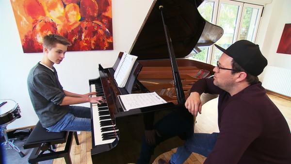 Lion möchte ein großer Jazzpianist werden. Schon mit sechs Jahren begann er Klavier zu spielen. Er mag Pop- und Gospel-Musik, aber am liebsten Jazz. Ben besucht Lion und ist schon sehr auf seine Musik gespannt. | Rechte: KiKA