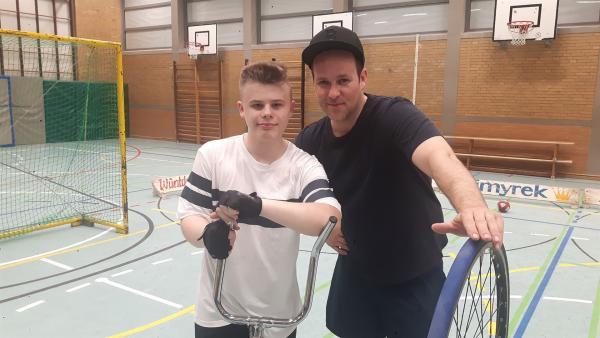 Ben trifft Steven aus Gifhorn, der schon seit sieben Jahren Radball spielt. Steven bringt Ben die Basics wie Fahren, Bremsen und Schießen bei. | Rechte: KiKA/Grit Häfer