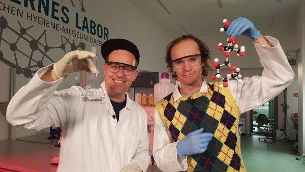 Ben lädt zur Chemiestunde ein und hat sich dafür Unterstützung von Olaf Schubert geholt. | Rechte: KiKA/Anna Leistner