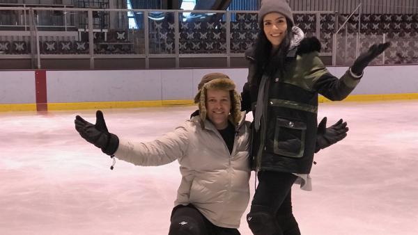 Am zweiten Tag zeigt sich, inwieweit Jess und Ben die Grundlagen des Eislaufens verinnerlicht haben. | Rechte: KiKA/Rozhyar Zolfaghari