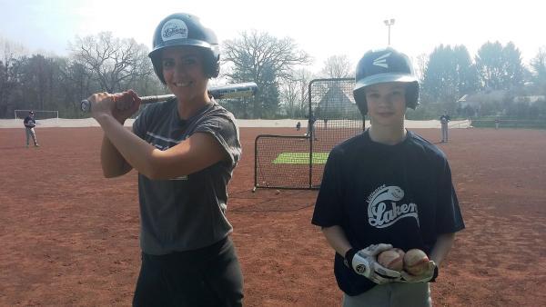 Jess lässt sich von Pit sein Hobby Baseball zeigen. | Rechte: KiKA/Stephanie Paersch