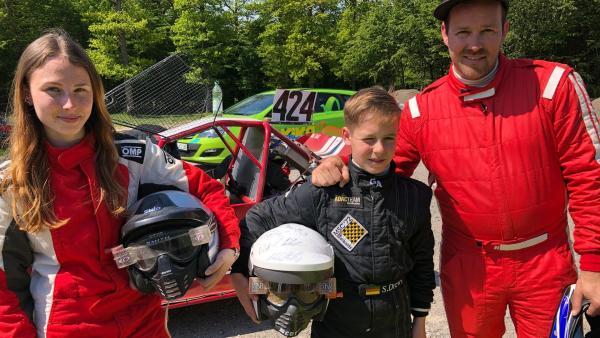 Vanessa und Samuel zeigen Ben, wie man Autocross fährt. | Rechte: KiKA/Björn Pollok