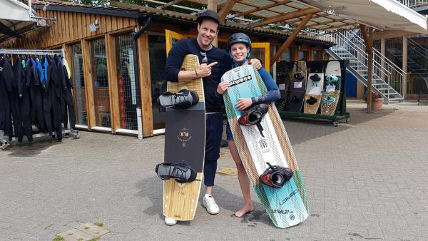 Ben lässt sich von Jolina Thormann das Wakeboarden beibringen. | Rechte: KiKA/Anna Leistner