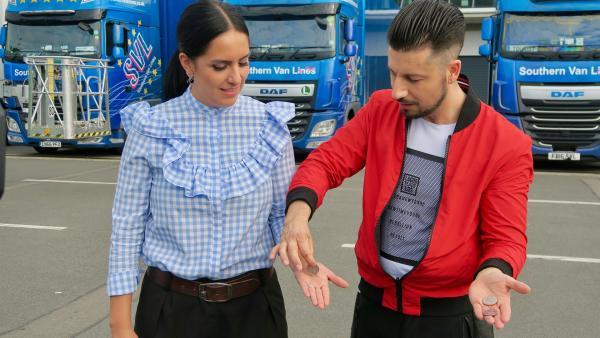 Der Illusionist Andrew Basso zeigt Jess einen seiner Tricks. | Rechte: KiKA/Alex Huth