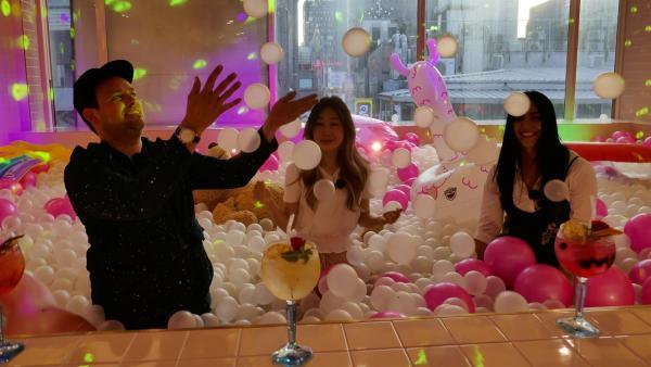 YouTuberin Jeniffer Kim zeigt Jess und Ben die coolsten Ecken der Hauptstadt - zum Beispiel ein Bällebad. | Rechte: KiKA/Stefanie Jung