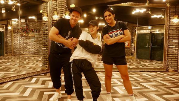 In einem Camp lernen Ben und Jess, zu tanzen und zu singen wie die K-Pop-Idole. | Rechte: KiKA/Stefanie Jung