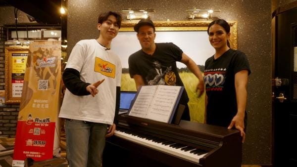 Ihre Trainer unterrichten Ben und Jess in allem, was zu einer echten K-Pop Band dazu gehört. | Rechte: KiKA/Stefanie Jung