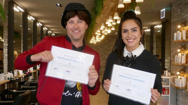 Am Ende des Tages halten Ben und Jess ihre K-Pop-Diplome in der Hand. | Rechte: KiKA/Stefanie Jung