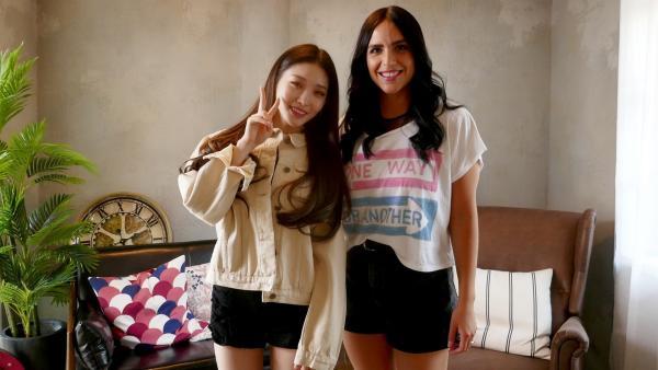 Jess bekommt von K-Pop-Idol Chungha ein paar Tanzinspirationen. | Rechte: KiKA/Stefanie Jung