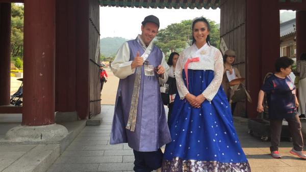 Ben und Jess haben sich in traditionelle südkoreanische Gewänder gekleidet. | Rechte: KiKA/Stefanie Jung