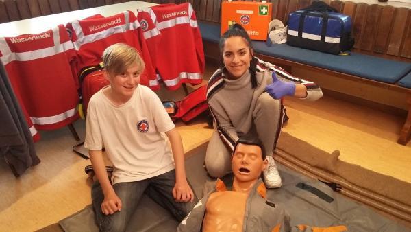Jess begeliet einen Tag lang Philipp. Er ist bei der Wasserwacht und zeigt ihr, was man bei einem Notfall tun muss. | Rechte: KiKA/Stephanie Paersch