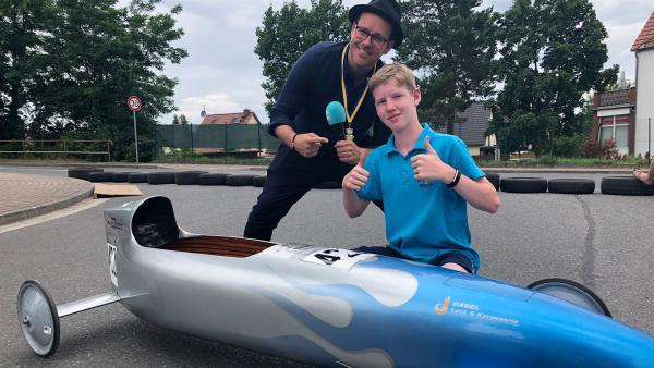 Ben besucht den 14-jährigen Max, der mit seiner Seifenkiste bei einer Deutschen Meisterschaft teilnehmen möchte. | Rechte: KiKA/Björn Pollok