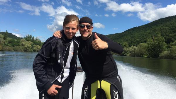 Ben trifft den 13-jährigen Ben, der deutscher Barfußwasserski-Junior ist. | Rechte: KiKA/Nicolette Maurer