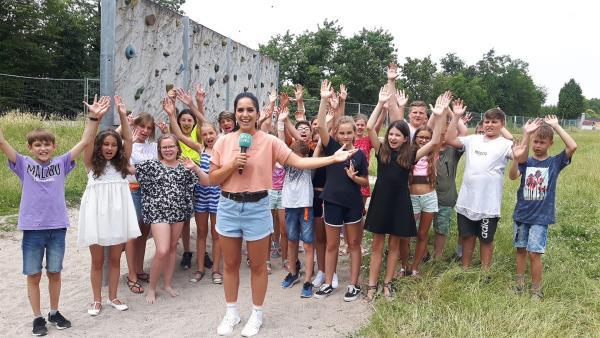 Jess checkt an der Karl-Friedrich-Schimper Gemeinschaftsschule Schwetzingen mit Schülern Trends, Musik und Kinofilme. | Rechte: KiKA/Grit Häfer
