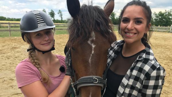 Jess trifft Pferdetrainerin Maja und ihren Mustang. | Rechte: KiKA/Andrea Thoben