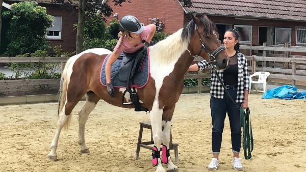 "Jess schaut Maja einen Tag lang beim ""Mustang Makeover"" über die Schultern. | Rechte: KiKA/Andrea Thoben"