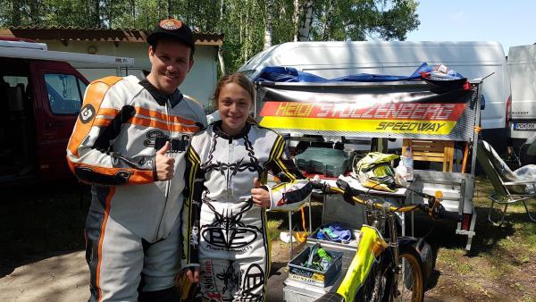 Ben trifft Speedway-Fahrerin Heidi. Bei diesem Sport besteht das Motorrad nur aus Motor und Rädern - ohne Bremsen. | Rechte: KiKA/Anna Leistner