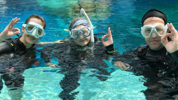 Astronautin Dr. Insa Thiele-Eich, Tauchlehrerin Tabea Vogt und Ben üben die Verständigung für unter Wasser. | Rechte: KiKA/Rozhyar Zolfaghari