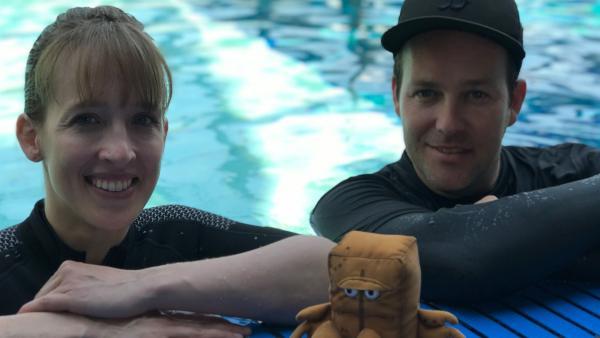 Ben begleitet die angehende Astronautin Dr. Insa Thiele-Eich beim Tauchtraining. | Rechte: KiKA/Rozhyar Zolfaghari