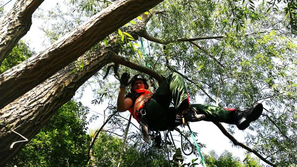 Ben lernt die Job-Bedingungen eines Industrie-Kletterers kennen. | Rechte: KiKA/Regina Bührer