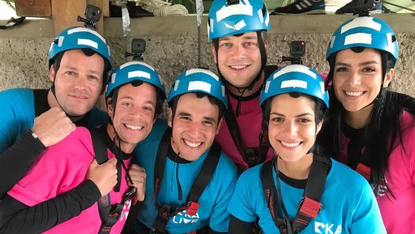 Die letzte Challenge in den Bergen Tirols verlangt den KiKA-Moderatoren alles ab. Sie müssen klettern, aber die wackeligen Hindernisse hängen fast 30 Meter hoch unter einer Brücke. | Rechte: KiKA/Andrea Thoben