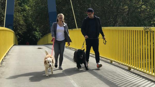 Bei einem Spaziergang erzählt Frederike über ihr Hobby. | Rechte: KiKA/Sabine Krätzschmar
