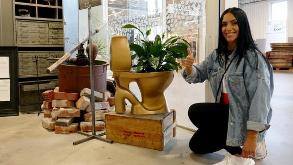 Jess besucht im schwedischen Eskilstuna das erste Recycling-Kaufhaus der Welt und ist gleich im Eingangsbereich von den ersten Objekten fasziniert. | Rechte: KiKA/Stefanie Jung