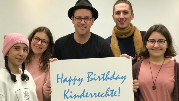 Ben trifft die vier Jugendlichen vom UNICEF JuniorTeam (v.l.n.r.) Sena, Tosca, Bastian und Martha, die zum 30-jährigen Jubiläum der UN-Kinderrechte im Schloss Bellevue von Bundespräsident Frank-Walter Steinmeier empfangen werden. | Rechte: KiKA/Rozhyar Zolfaghari