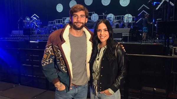 Jess trifft Alvaro Soler vor seiner Show. | Rechte: KiKA/Anna Leistner