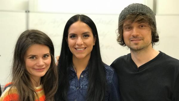 Moderatorin Jess (Mi.) mit Joyce Ilg und Chris | Rechte: KiKA/RozhyarZolfaghari