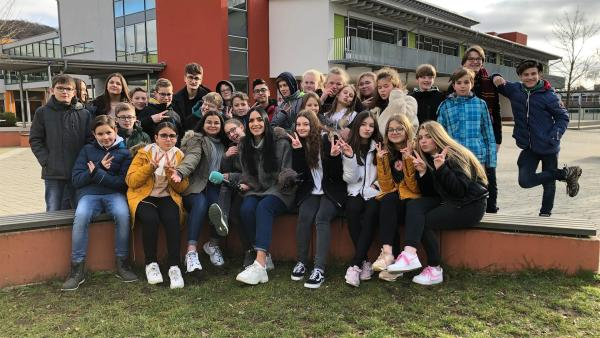 Jess besucht die Wilhelm-von-Oranien-Schule in Dillenburg und checkt dort die neuesten Trends. | Rechte: KiKA/Filip Felix