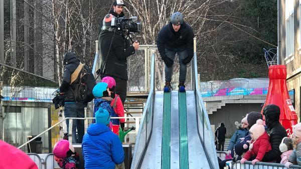 Ben zeigt olympische Qualitäten im Skisprung. | Rechte: KiKA/Rozhyar Zolfaghari