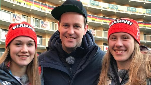 Ben mit der Nordischen Kombiniererin Emilia Görlich (li.) und der Bronzegewinnerin in Nordischer Kombination Jenny Nowak (re.) | Rechte: KiKA/Rozhyar Zolfaghari