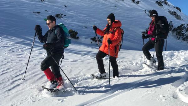 Ben und Jess sind mit Bergführerin Susanne im Schnee unterwegs. | Rechte: KiKA/Sabine Krätzschmar