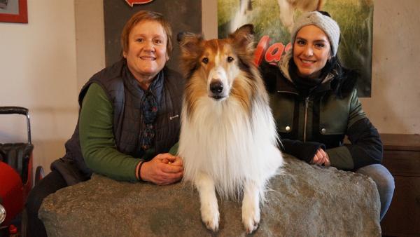 Jess trifft die Filmtiertrainerin Renate mit Hund Bandit, der im Film Lassie spielt. | Rechte: KiKA/Franziska Gruber