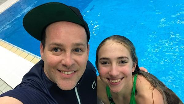 Celine liebt ihr Hobby Wasserspringen. Ben trifft die 14-Jährige bei ihrem Training. | Rechte: KiKA/Filip Felix