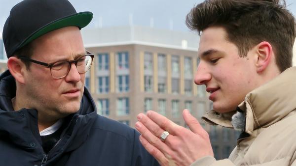 Ben will mehr über Noah Levi und seine Musik herausfinden. | Rechte: KiKA/Alex Huth