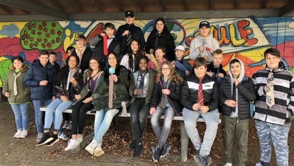 Jess besucht die Mandelbachtalschule in Ommersheim und checkt dort die aktuellen Trends. | Rechte: KiKA/Rafael Bies