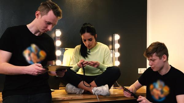 Jess trifft die beiden YouTuber Puuki und MarvinVlogt in Berlin vor ihrem großen Live-Let's Play. | Rechte: KiKA/Sabine Krätzschmar