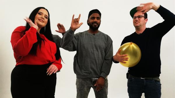 Ben mit Rapper Siga (Mi.) und Gebärden-Dolmetscherin Vanessa | Rechte: KiKA/Regina Bührer