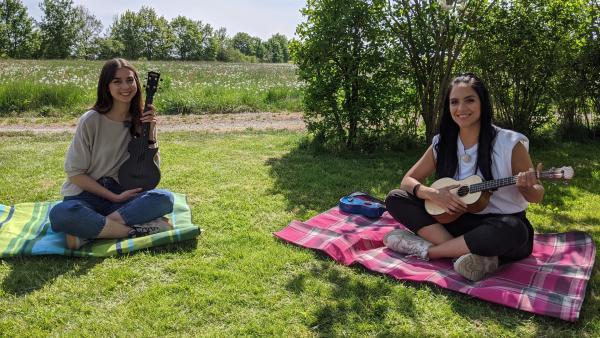 Jess lernt Ukulele mit Leolixl. | Rechte: KiKA/Stephanie Paersch