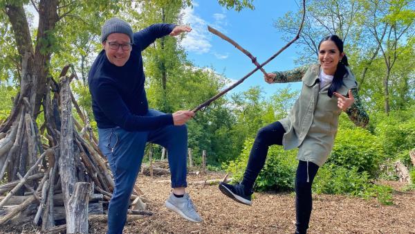 """Jess und Ben holen sich Tipps für """"Draußen-Spiele"""".   Rechte: KiKA/Andrea Thoben"""